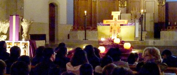 La vetlla de pregària 'Worship night' aplega més d'un centenar de joves a Torredembarra